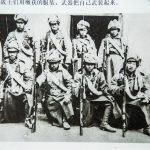 神头岭战斗结束后战士们用缴获的服装、武器把自己武装起来。
