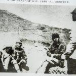 """在一九四二年五月反""""扫荡""""战斗中,左权将军(右二)在听取汇报。"""