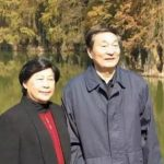 劳安与朱镕基同是湖南人,且都在湘西上过学。抗战期间,朱镕基在湘西山区洞口国立八中读书,结识劳安。劳安第二次与朱镕基相遇是在清华大学电机系读书期间,此次相识得益于朱镕基中学时的一位同窗好友。朱镕基与劳安夫妻俩的感情非常好。
