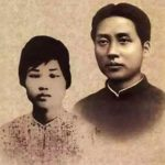 杨开慧,号霞,字云锦,1901年出生于长沙县板仓。其父杨昌济是闻名三湘的学者、教授。杨开慧虽是女性,但父亲也为她取了名、字、号。杨开慧7岁时破例进入长沙第四十初级小学就读,从小便表现出过人才气。