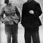 毛泽东与夫人江青。江青比较懂得毛泽东的爱好,毛泽东喜食辣椒,江青便会让窑洞飘满辣椒味;毛泽东喜欢京戏,江青便给毛泽东播放唱片。
