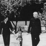王光美与刘少奇夫妇。王光美毕业于北平辅仁大学物理系,是中国第一位原子物理专业女硕士。王光美于1948年同刘少奇结婚,新房设在西柏坡刘少奇居住和办公的两间土墙瓦顶房里。随后,王光美担任刘少奇的秘书一职。