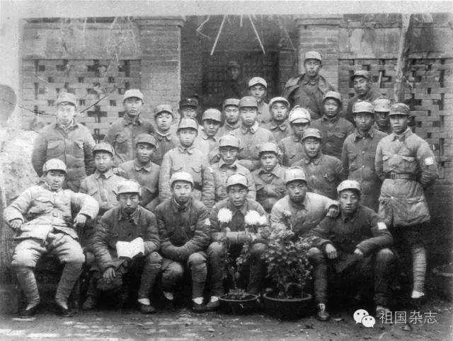李德生(第四排右三)在马坊战斗后,调任769团团长时与机关同志合影。