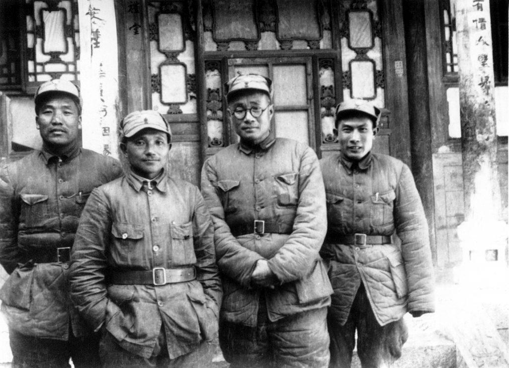 抗日战争时期(1940年),李达(左一)在山西辽县与邓小平(左二)、刘伯承(左三)、蔡树藩(左四)合影。