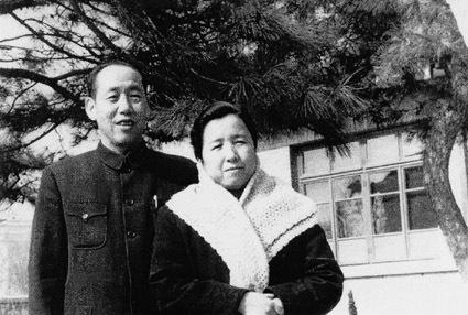 王秉璋和夫人史导在空军大院住宅前合影