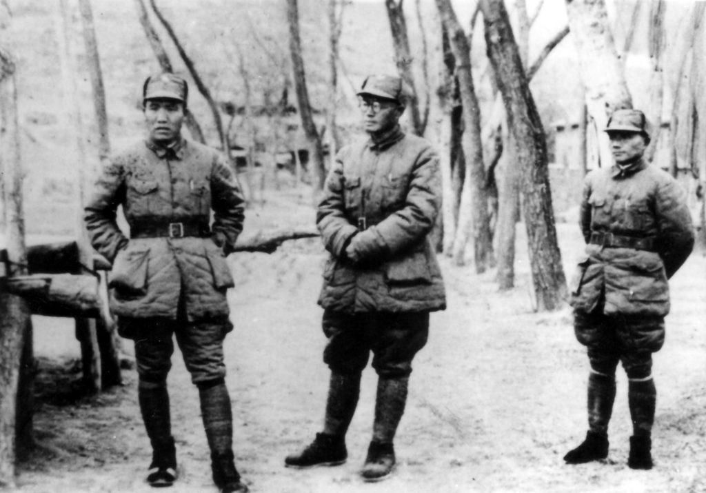 1943年林南战役期间,李达(左)与刘伯承(中)、邓小平(右)在太行山区。