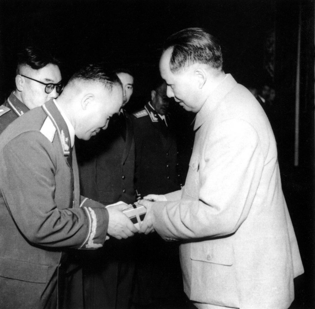 1955年9月27日,毛泽东主席为李达等将军授勋章。
