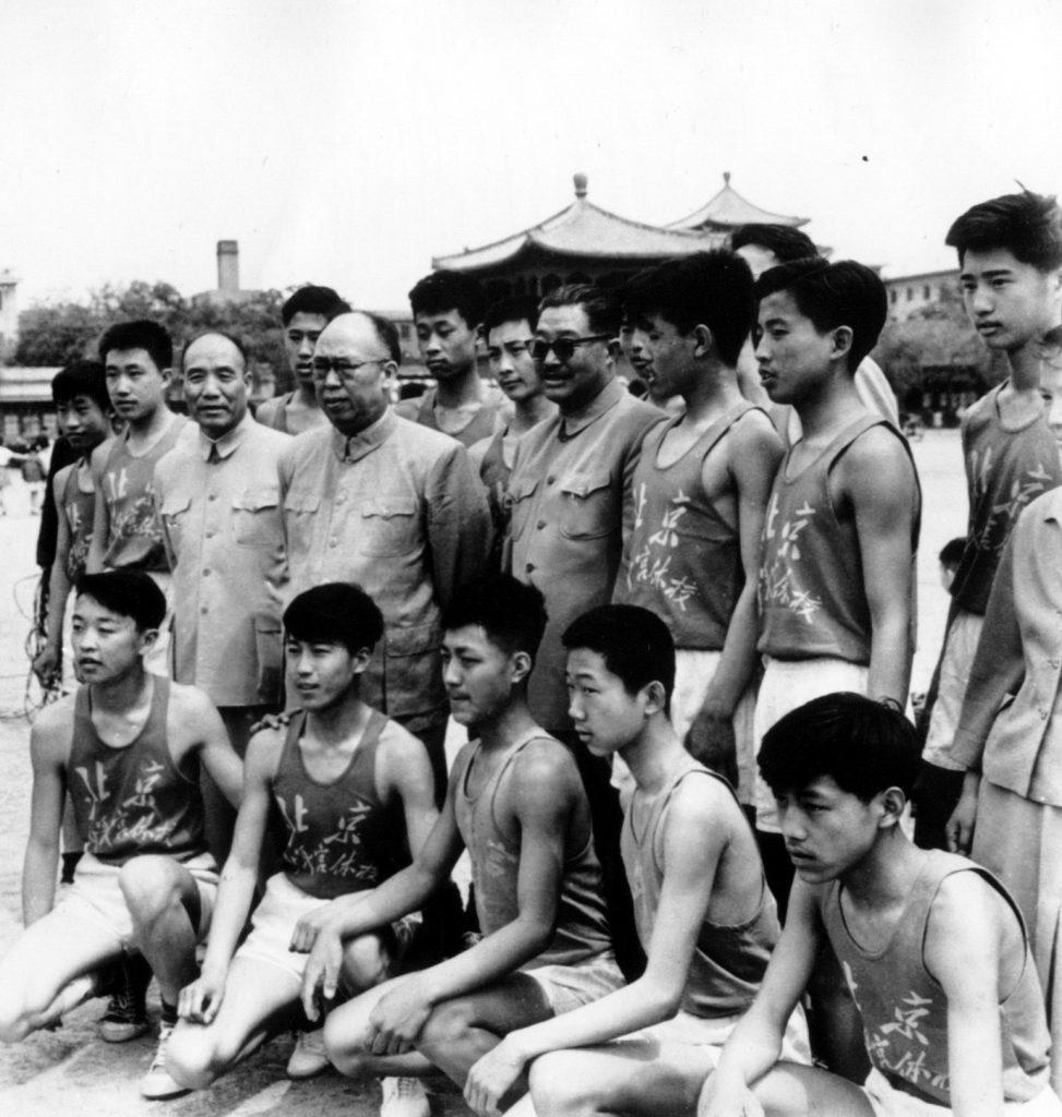 1961年5月,李达(中排左一)陪同贺龙(中排左三)、罗荣桓(中排左二)接见北京市少年宫体校运动员。