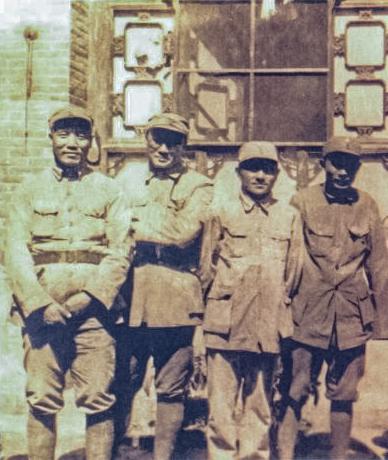1939年,邓小平(左三)同刘伯承、李达、蔡树藩在山西太行山八路军一二九师驻地合影。