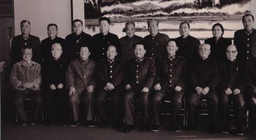 1985年12月,洪学智、赵南起同抗美援朝战争期间在志愿军后勤部工作过的部分老同志合影。