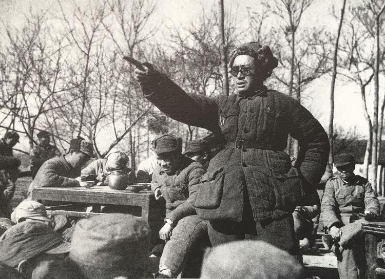 1947年12月,刘伯承在干部大会上作千里跃进大别山四个月来南征作战情况的报告。