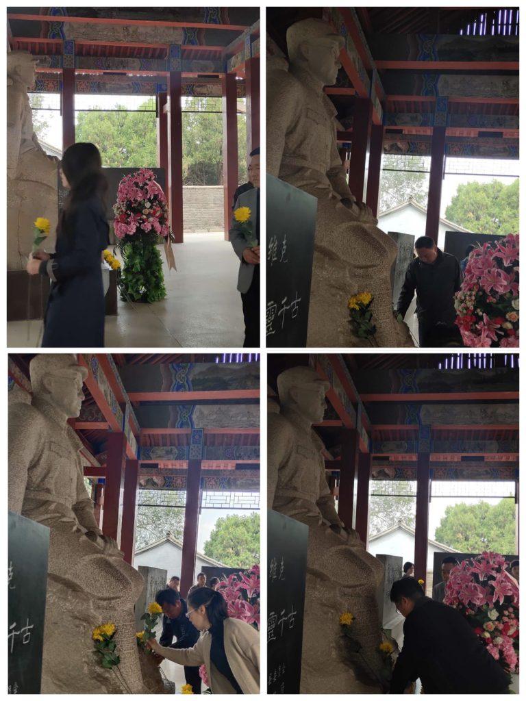 向刘伯承元帅塑像献花、行鞠躬礼