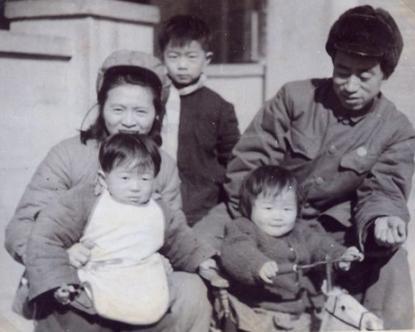 王政柱和夫人罗健及子女的第一张全家福 (王延 供图)