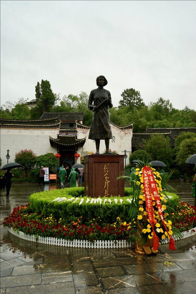三五九旅分会暨红六军团后代向何宝珍烈士雕像敬献花篮
