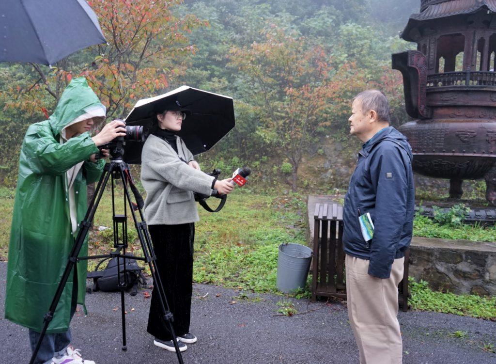 曾豹会长在歇马庵遗址接受媒体采访