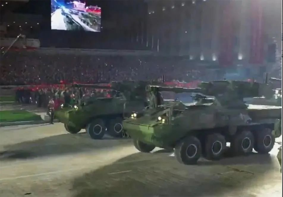 深夜朝鲜阅兵吓到我!信息量最大!没了弹簧步,满屏火箭炮和高仿美国M1坦克