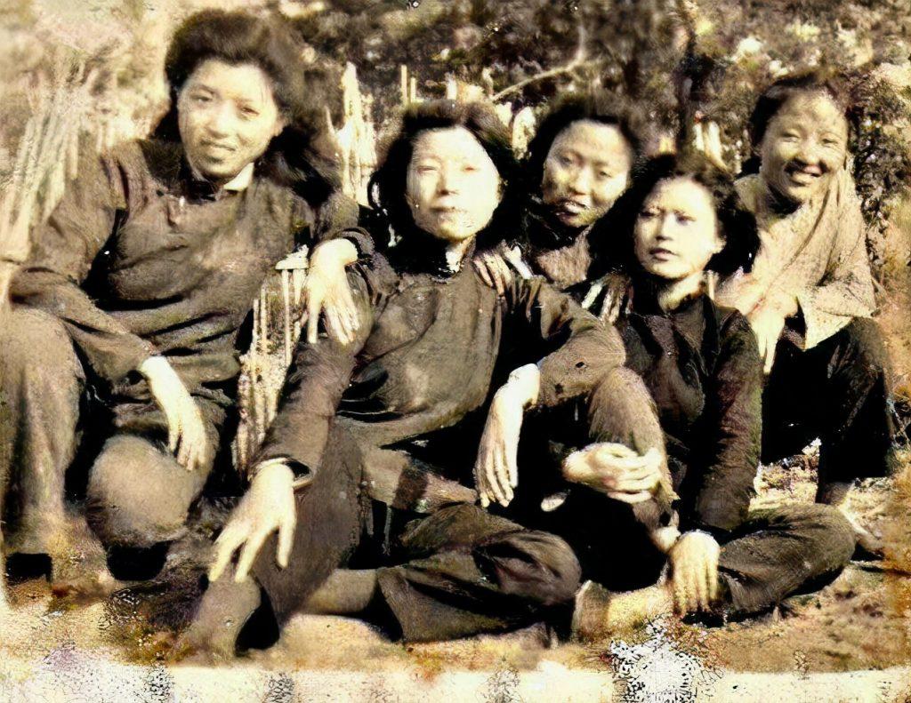 冯健与战友们在一起。左起:冯健、周波、杨瑾、朱慈慧、王静溪。