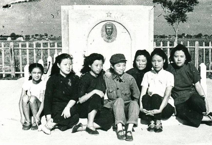 冯健与战友们在彭雪枫同志墓前。左二起:俞剑琴、冯健、邱一涵、路慧明、林颖(彭雪枫夫人)。