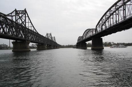 左为安东鸭绿江上桥,右为下桥(断桥)。