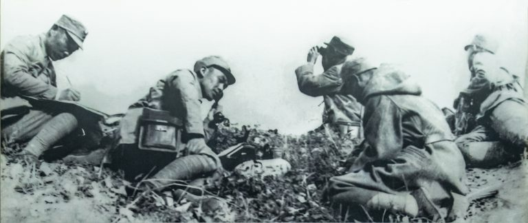 平型关战斗指挥所,左1为115师师长林彪,左3为副师长聂荣臻