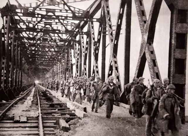 志愿军第15军44师130团一部在安东上桥跨过鸭绿江。