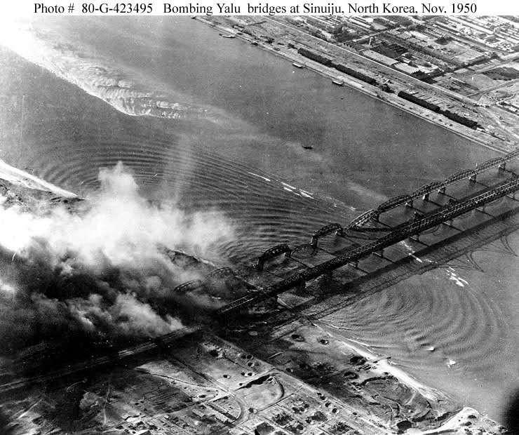 美机轰炸安东鸭绿江大桥。