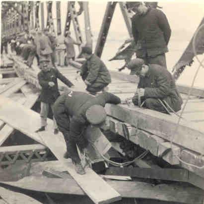 铁路职工正在抢修安东鸭绿江上桥。