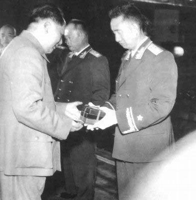1955年9月27日,毛主席给徐向前授勋