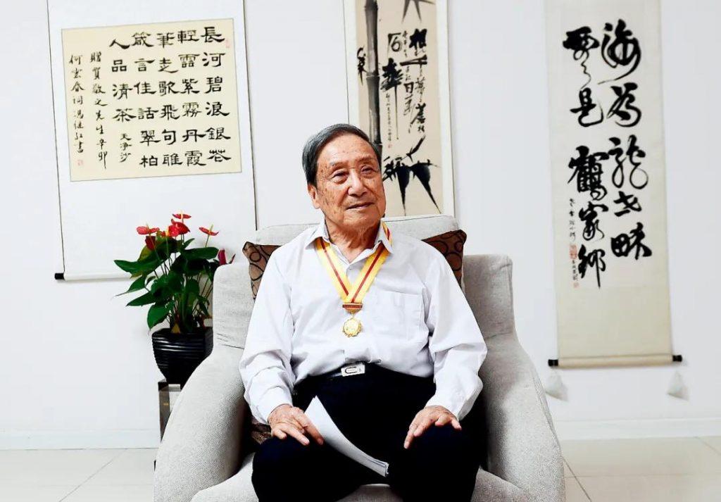 2015年9月8日,贺敬之在北京家中。图/新华