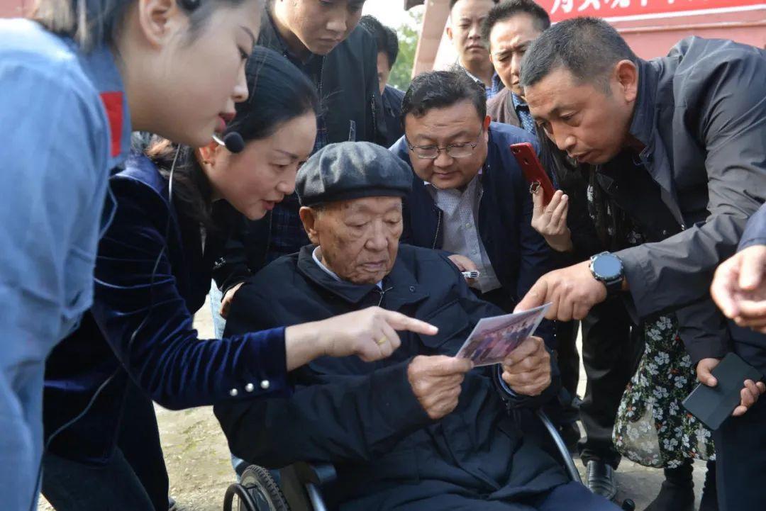 轮椅上站起来!时隔85年,103岁老红军回来了!