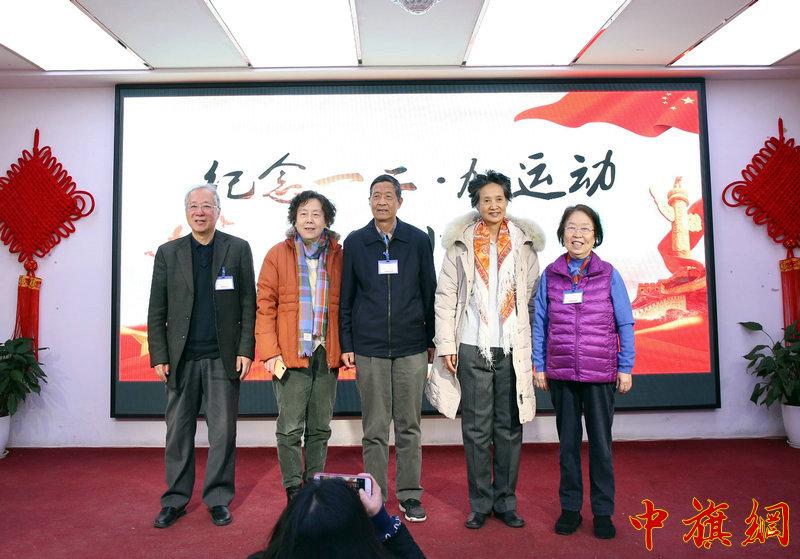 中国大学后代合影。