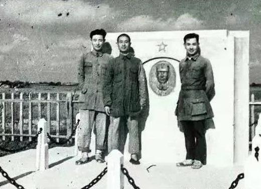 新四军四师的三位部长在彭雪枫师长墓前。左起宣传部长陈其五,组织部长谢胜坤,联络部长任泊生。