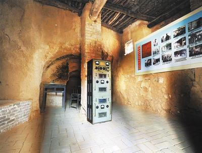 沙河村的陕北新华广播电台播音窑洞内展示的播音设备。