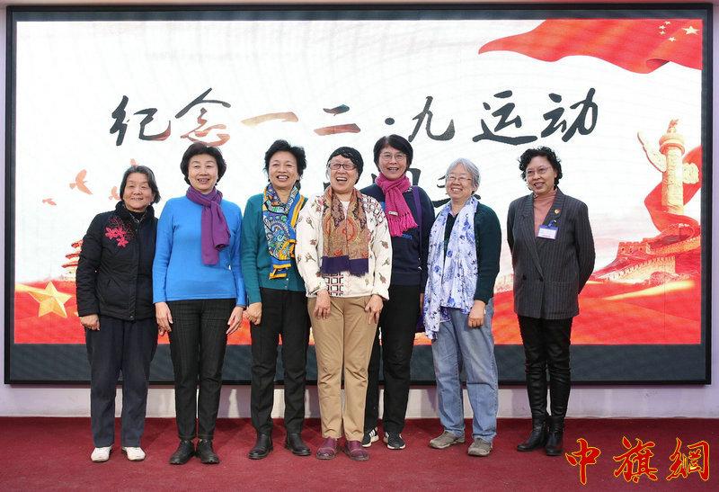 燕京大学后代合影。