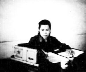 1975年是刘乃苓用是德国进口的双黑人头手摇计算机,加上算盘、计算尺、三角函数和对数表,竟然算出珠穆朗玛峰高程8848.13米,并向全世界公布!