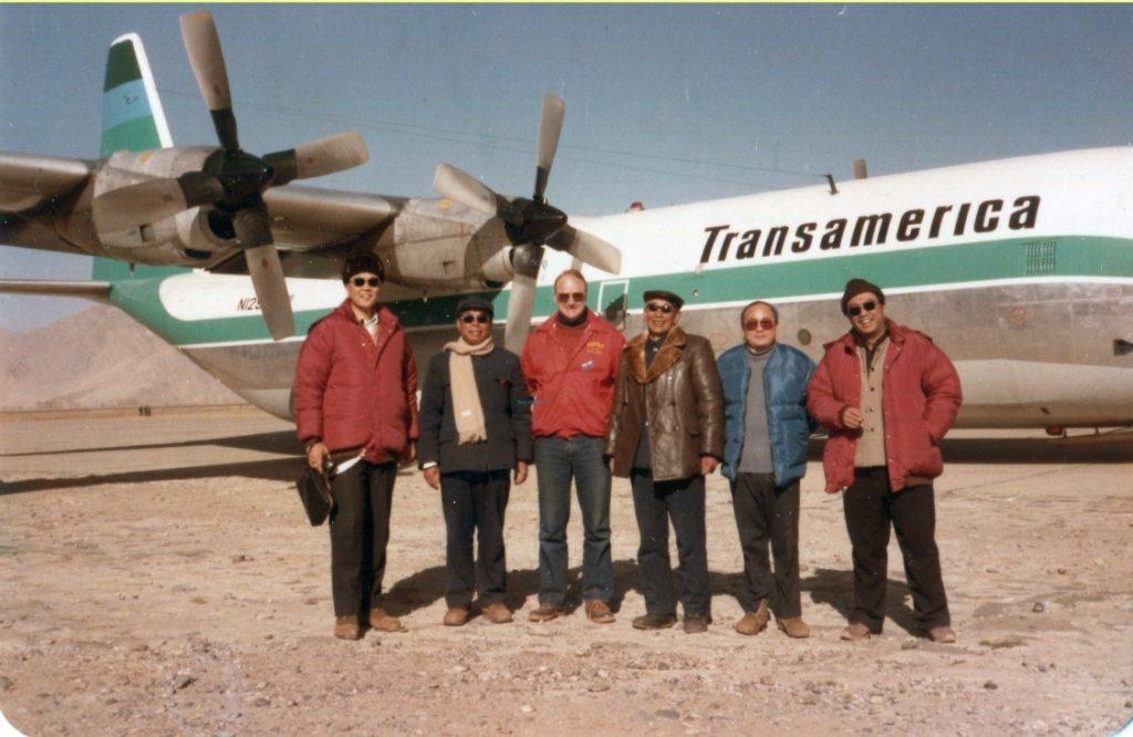 父亲(右三)与试飞的各方代表人员在拉萨机场