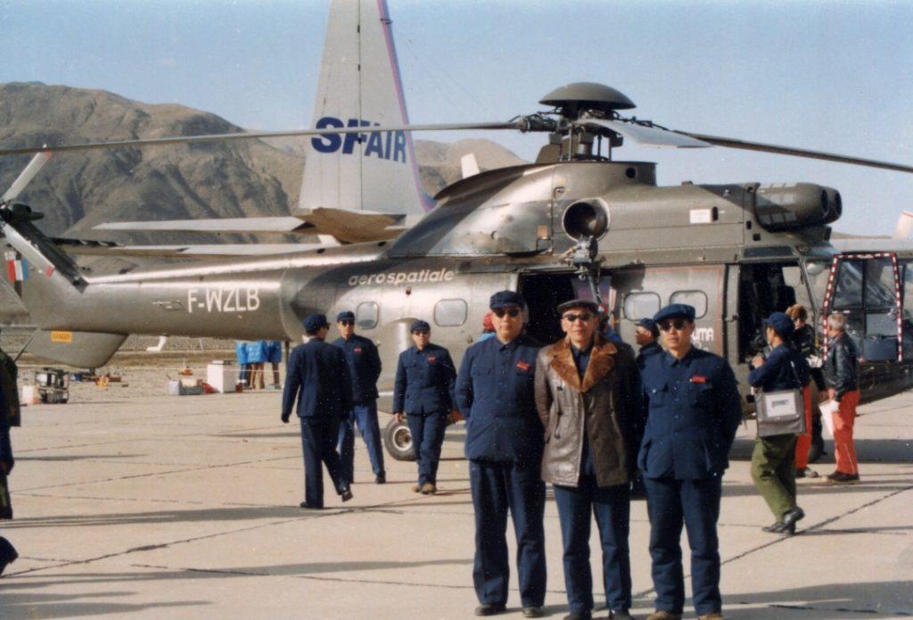 父亲(中)与作战部航空处处长王家兴(左一)等合影