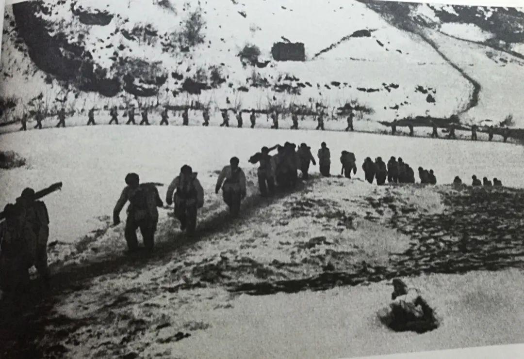 """美军老兵回忆长津湖战役中的""""中国英雄""""   志愿军战士舍身炸坦克壮举震撼交战双方"""