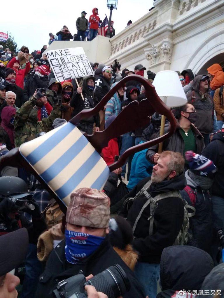 一位来自阿拉巴马的特朗普支持者说,有一张照片一定要给我看,说是佩洛西的椅子。