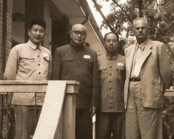 刘伯承院长兼政委、陈伯钧副院长(右二)、钟期光副政委(左一)与苏联总顾问罗赫里斯基中将合影。