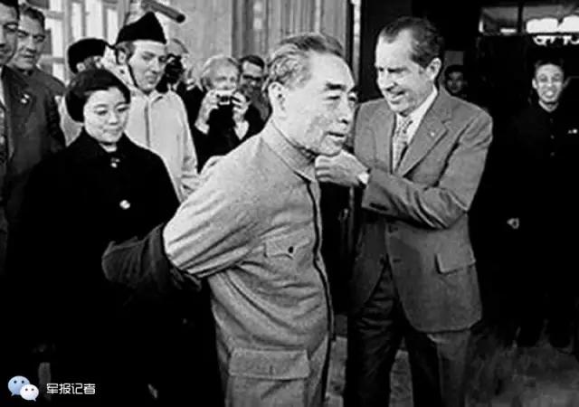 尼克松亲自为周总理脱大衣。