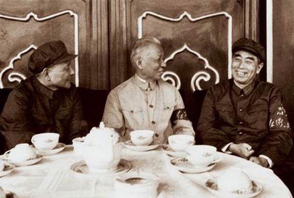 文革初期的周恩来与刘少奇、邓小平合影