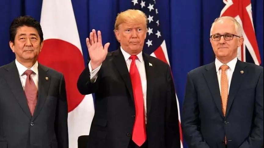 特朗普、时任日本首相安倍晋三、时任澳大利亚总理特恩布尔在2017年的东盟峰会(图源:ABC)
