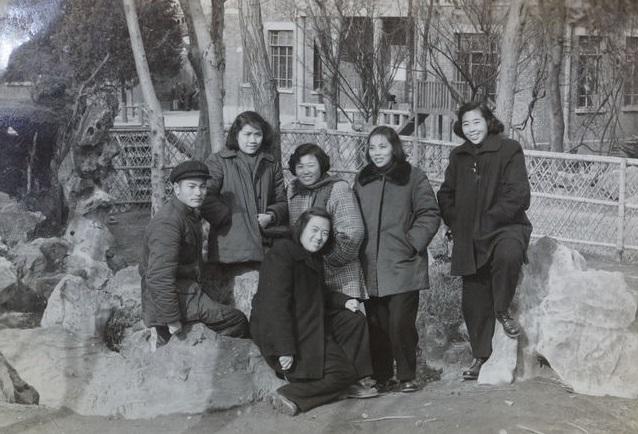 衣向璞(中间坐者)与北京路幼儿园上海路分部职工合影。(罗义淮之子罗小兵供图)