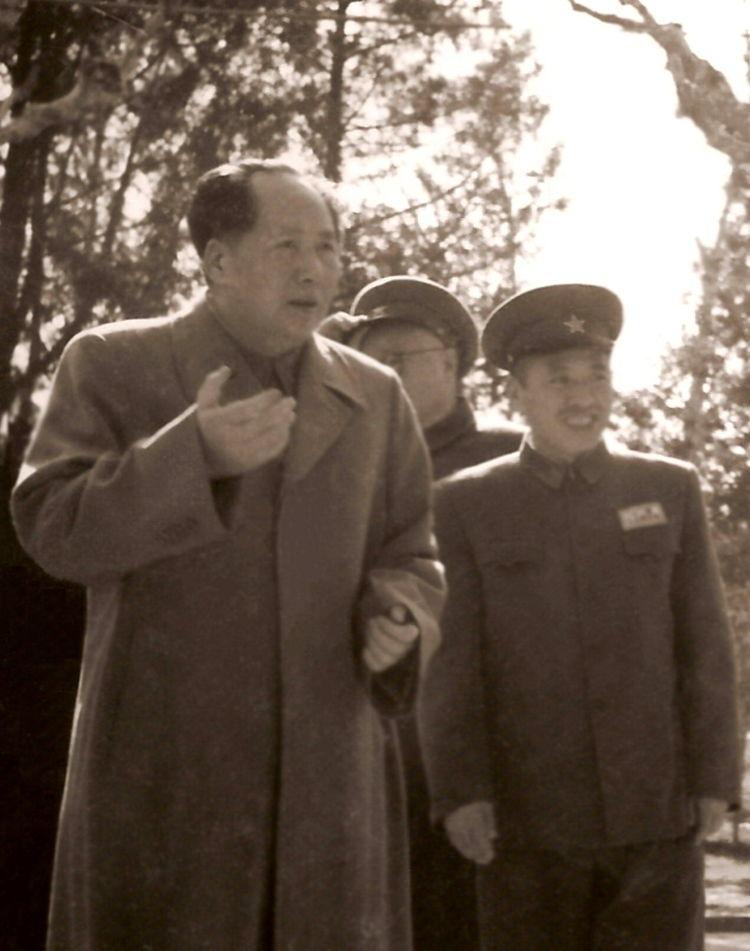 陈伯钧副院长向毛主席介绍军事学院中层干部(罗义淮之子罗小兵供图)