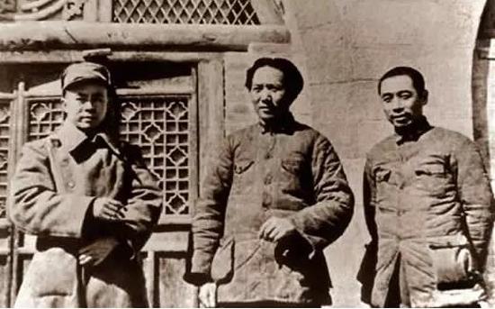 1938年毛泽东、周恩来、任弼时在延安