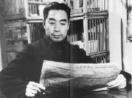 1938年重庆曾家岩办公室看《新华日报》