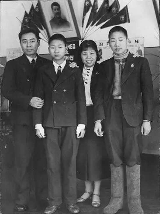1940年,周恩来夫妇到苏联国际儿童