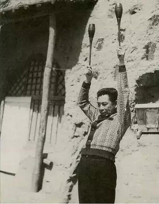 1940年3月,周恩来从苏联治伤回到延安