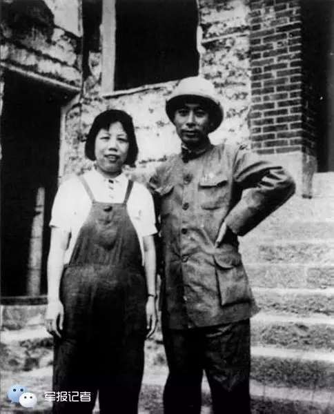 1940年9月,周恩来和邓颖超在被日本飞机炸毁的八路军驻重庆办事处楼前留影。